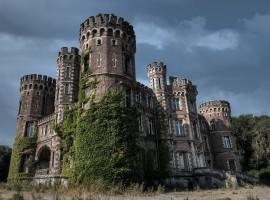 Man koopt grond en krijgt er gratis (spook-)kasteel bij