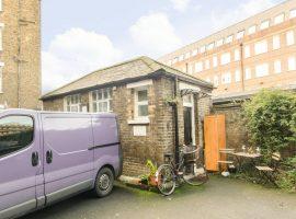 kleine woning Londen staat te koop wat lijkt op bezemkast van Harry Potter