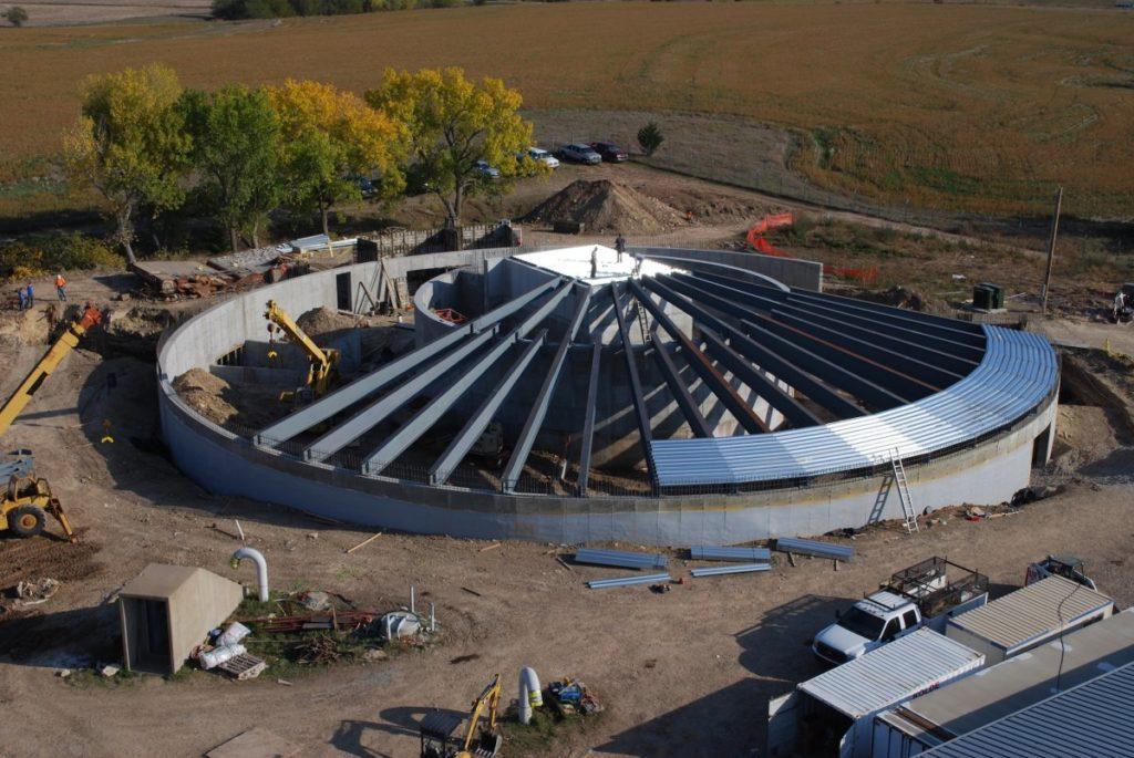 De silo wordt afgedekt