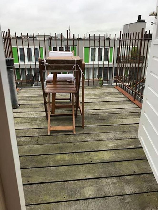 Balkon van klein appartement Amsterdam