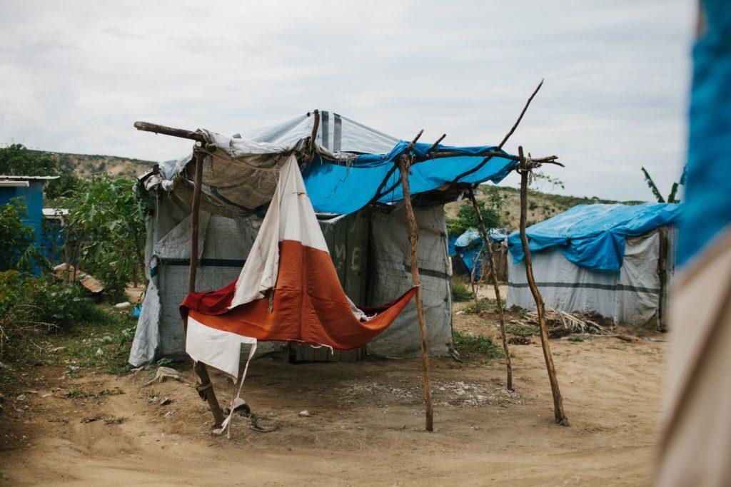 Foto: Adam Brophy - Tent in krottenwijk in-Leveque-Haiti
