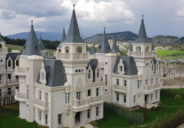 Dorp met 500 leegstaande Disney kasteeltjes