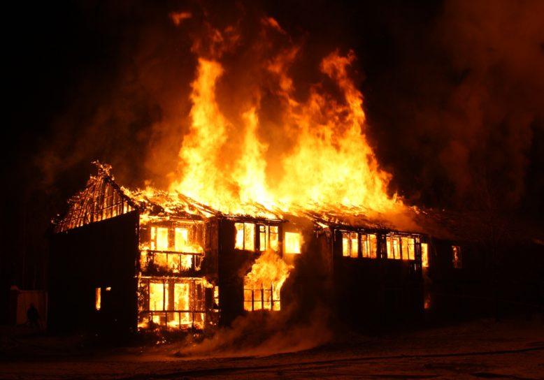 Opknappertje: afgebrand huis te koop!