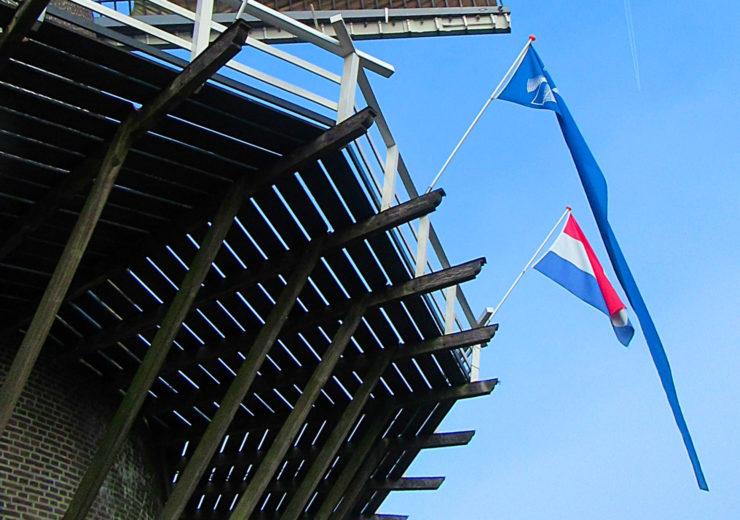 Blauwe wimpel molen hangt uit - je bent welkom!