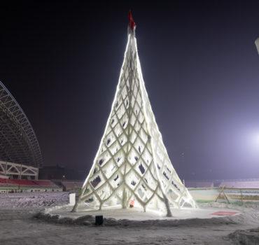 Een metershoge kerstboom van ijs