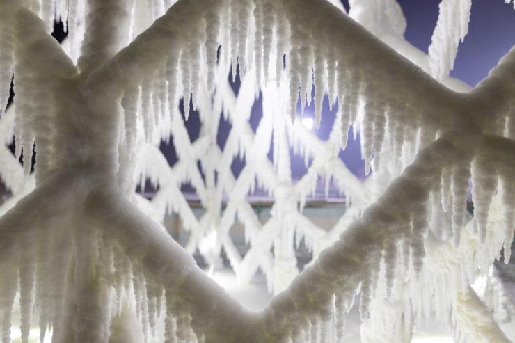 De ijspegels aan de touwen geven een Disney-achig effect