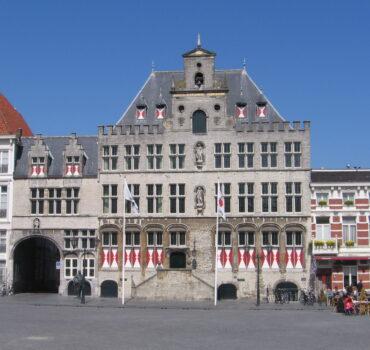Te koop: stadhuis, molen en nog meer. Bergen op Zoom in de uitverkoop.