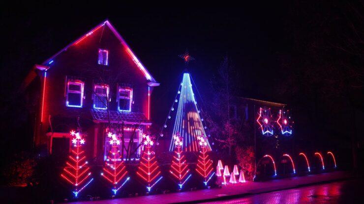 Versierde kersthuis in Waalre