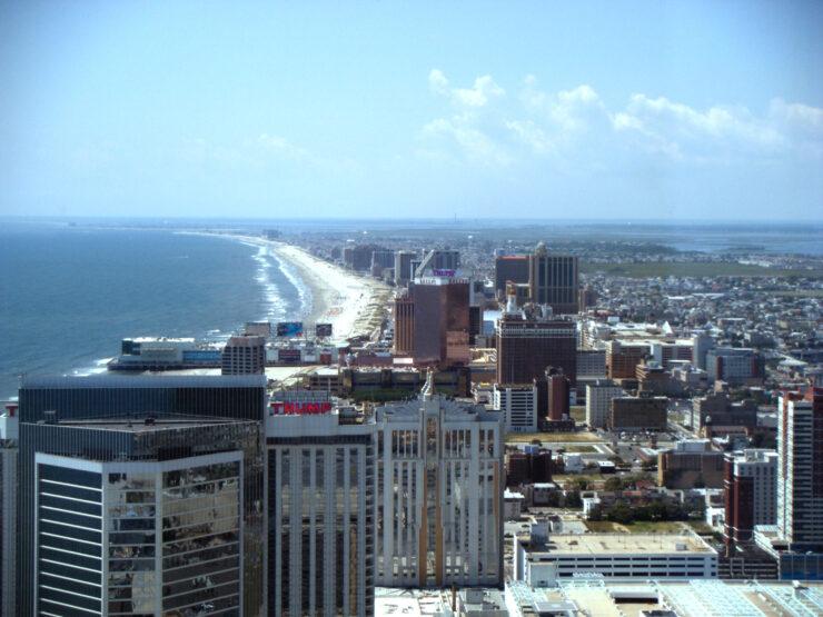 Atlantic City vanuit een hotel gefotografeerd. The Boardwalk van bovenaf.