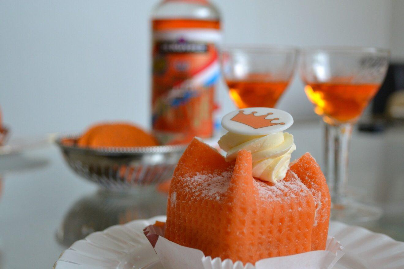 koningsdagtaartje met glazen champagne