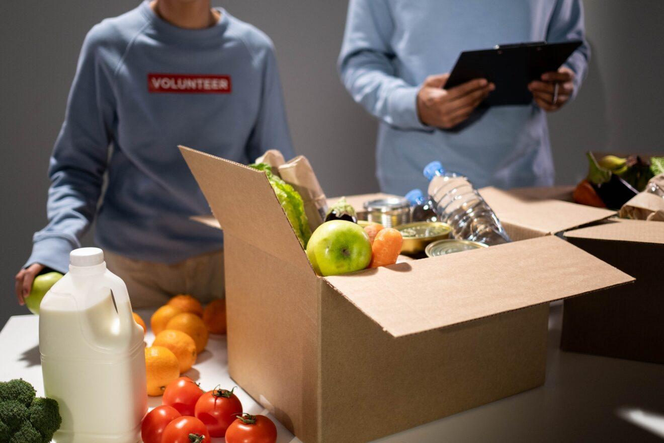 voedselpakket wordt ingepakt door vrijwilliger