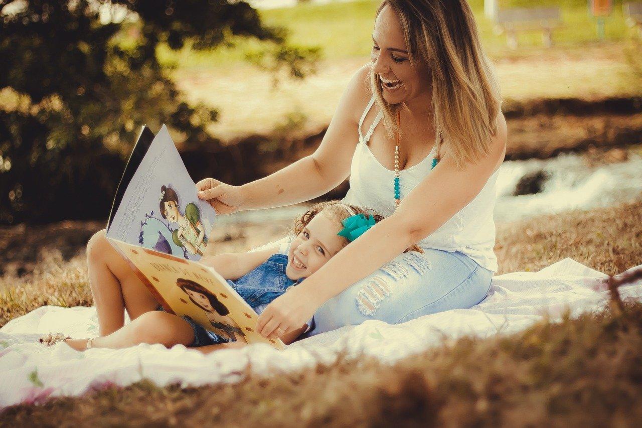 Moeder leest dochter voor