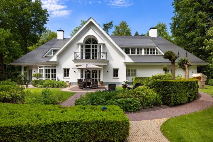 Deze villa in Nunspeet wordt verkocht met Ferrari